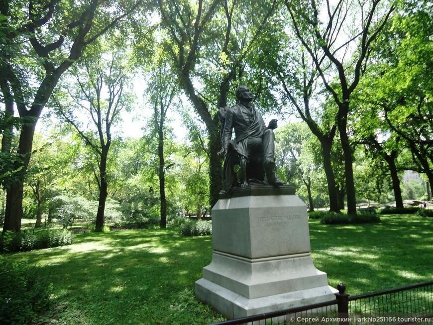 Много скульптуры - американских деятелей и писателей