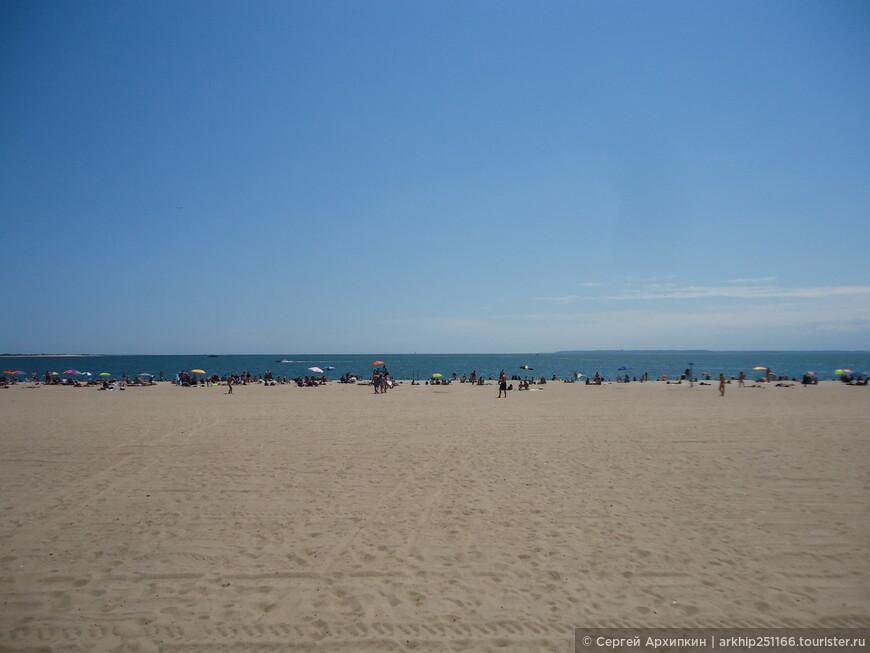 От набережной протянулся широкий и длинный морской пляж