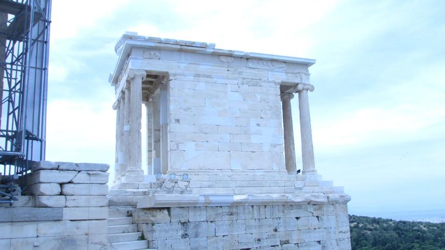 Справа остается Храм Ники Аптерос.