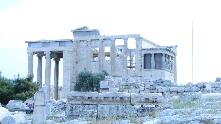 Напротив Парфенона - Эрехтейон, построенный на месте знаменитого спора между Афиной и Посейдоном. В отличие от Парфенона, Эрехтейон не являлся общественным храмом. Это было жреческое святилища, где совершались главные религиозные таинства, связанные  с поклонением Афине. И не только ей!