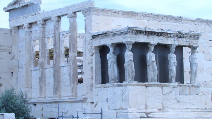 Под одной крышей в Эрехтейоне объединялось несколько древнейших святилищ, Восточное помещение посвящалось Афине, а западное было отдано мифическому афинскому царю Эрехфею. Третье святилище, расположенное на севере, отводилось Посейдону, а четвертое – Кекропейон - предназначалось основателю афинского государства Кекропу.