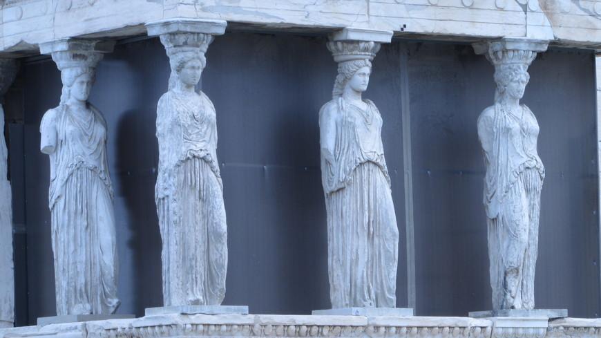 Над Кекропейоном  располагается  портик  кариатид.