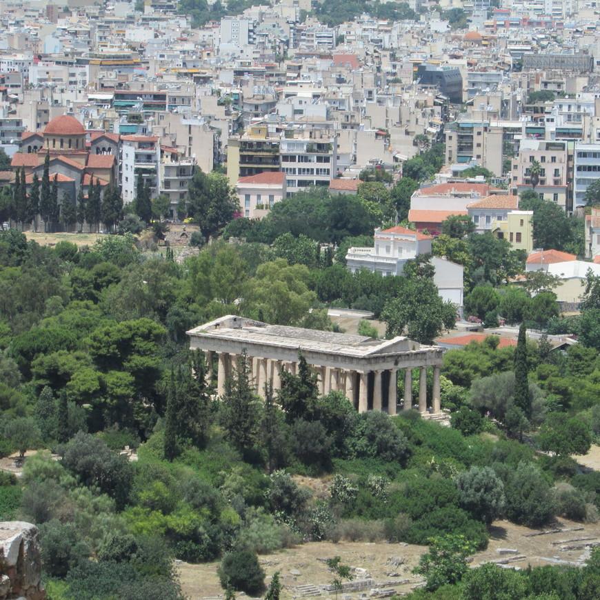 С Акрополя  открывается вид также на Агору и на расположенный здесь храм Гефеста. Конечно, это не Парфенон, но его стоит осмотреть. Ведь  это единственный древнегреческий храм в Афинах , целиком сохранившийся до наших дней.