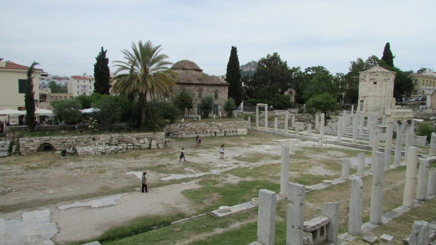 Обойдя храм со всех сторон, мы отправились гулять по старому городу и миновали Римскую Агору.