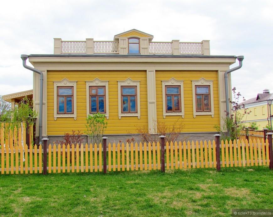 По дороге увидели еще один интересный деревянный домик, расписанный, под старину.