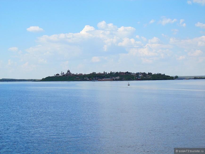 Место слияния трех рек - Свияги, Волги и Щуки. В дали уже виднеется ЧУДО.