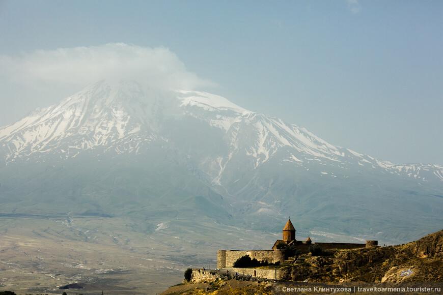 Монастырь Хор Вирап (глубокая темница) и гора Арарат