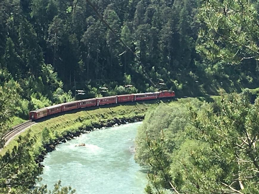 Мы спустились практически к Рейну ( можно спуститься и прогуляться по Рейну, позагорать на берегу и даже искупаться ) . Здесь проходит достаточно известная дорога панорамного поезда Ледниковый экспресс и если вы поедете от Цермата до Санкт Морица на поезде, сможете увидеть эти места из окна поезда .