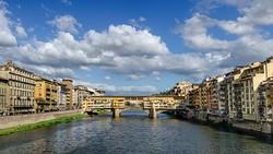 В центре Флоренции образовалась яма длиной 200 метров