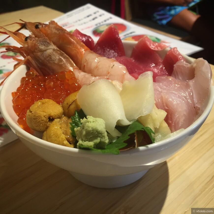 Это Кайсендон - морепродукты на рисе. То что простые японцы с удовольствием употребляют посещая рыбный рынок.