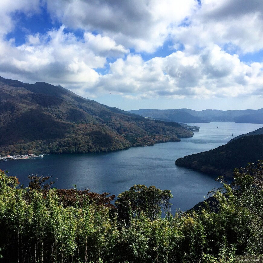 """Озеро """"Аси"""". Аси по японски обозначает тростник. Такой вид на озеро открывается с автомобильной трассы Хаконэ Скайлан. Дорога известна как место  съемок некоторых сцен фильма """"Форсаж. Токийский дрифт"""" и признана самой красивой трассой в Японии. Таких смотровых площадок по трассе не одна. С одной стороны вид на гору Фудзи а с другой вот это замечательное озеро."""