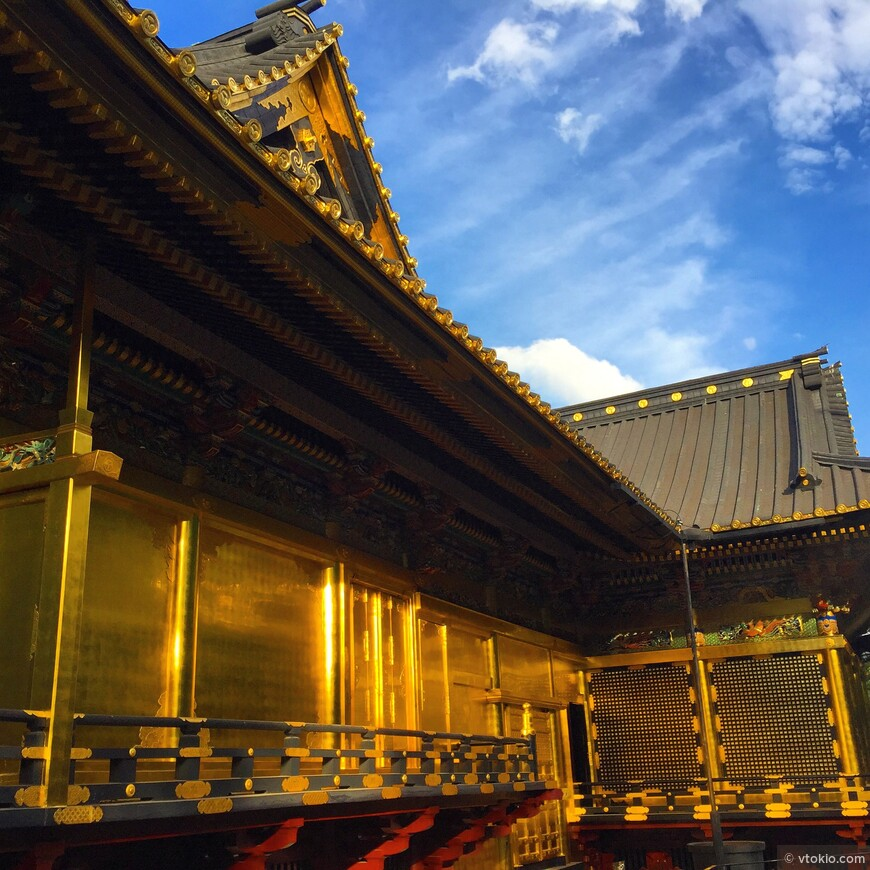 Сусальное золото важный инструмент отделки пышных японских храмов. Но как правило излишняя пышность чужда храмовой архитектуре.