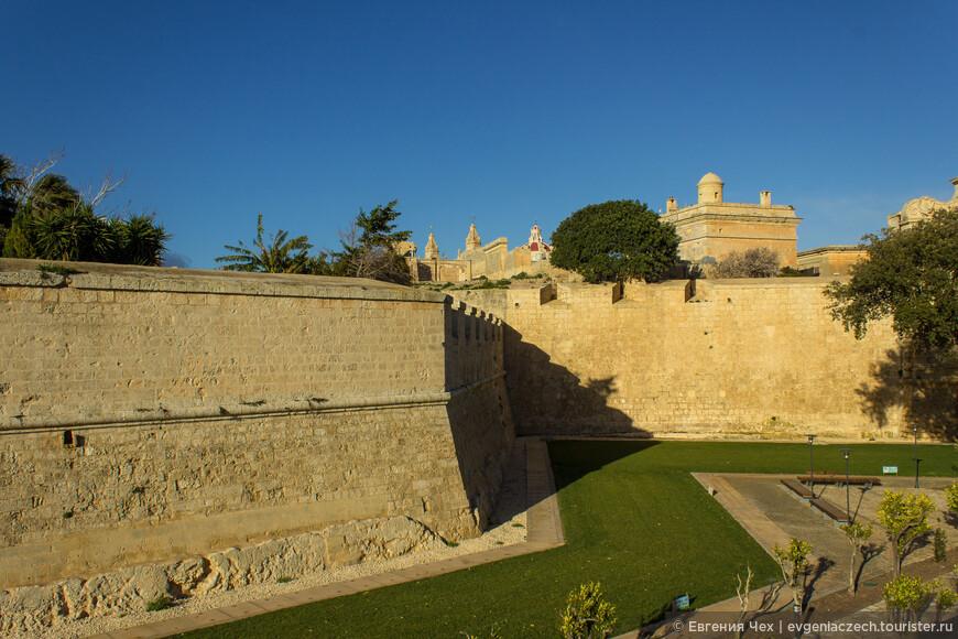 Именно в Мдине строили свои дворцы и особняки представители знати - сначала римской, затем местной. Этому способствовали неприступные по тем временам оборонительные сооружения.