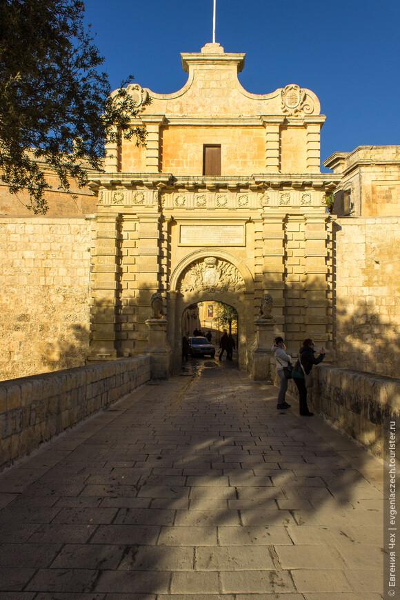 Как и положено крепости, город окружает ров, через который перекинуты каменные мосты.