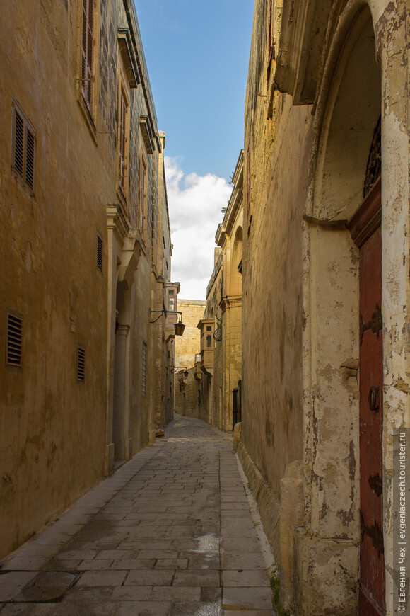 Город мало изменился с тех времен. Время в нем словно остановилось, да и улицы пустынны.