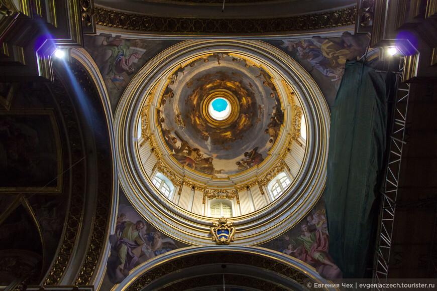 Собор был значительно поврежден во время разрушительного землетрясения 1693 года и построен заново архитектором Лоренцо Гафа в 1702 году.