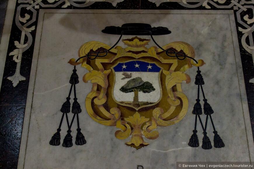 Пол собора выложен и декорирован мраморными надгробными плитами с гербовыми щитами епископов Мдины и других знатных церковных лиц.