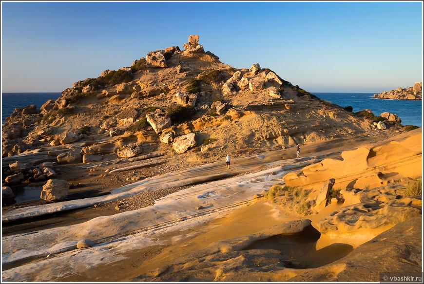 Пляж Алагади и две девушки на прогулке.