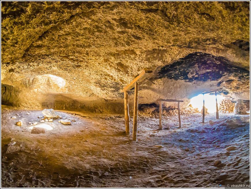 Пещера на полуострове Кормакитис.