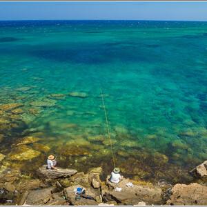 Рыбаки на полуострове Кормакитис. Этот трейл в этот раз стал одним из самых сильных кипрских впечатлений, хотя в результате него мы с дочерью обгорели на солнце как последние незнамо кто!