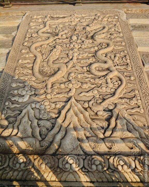 Каменная резьба около Зала Центральной Гармонии