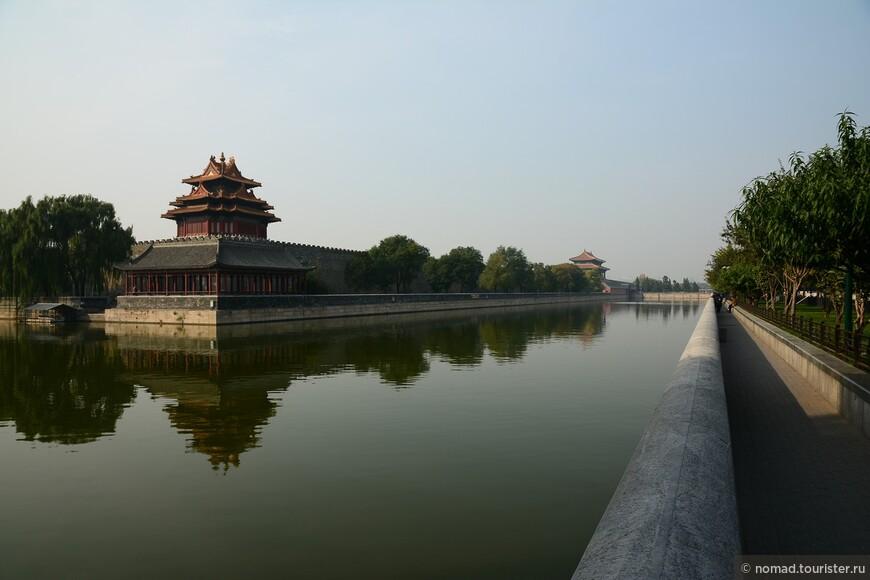 Угловая башня и вдалеке Ворота Божественной Силы