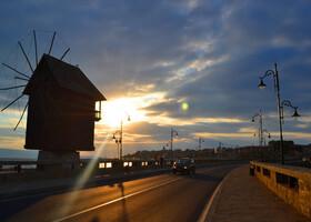 Старый Несебр соединенным с материком лишь дамбой, она же дорога в город и место где располагается местная достопримечательность – старая мельница.