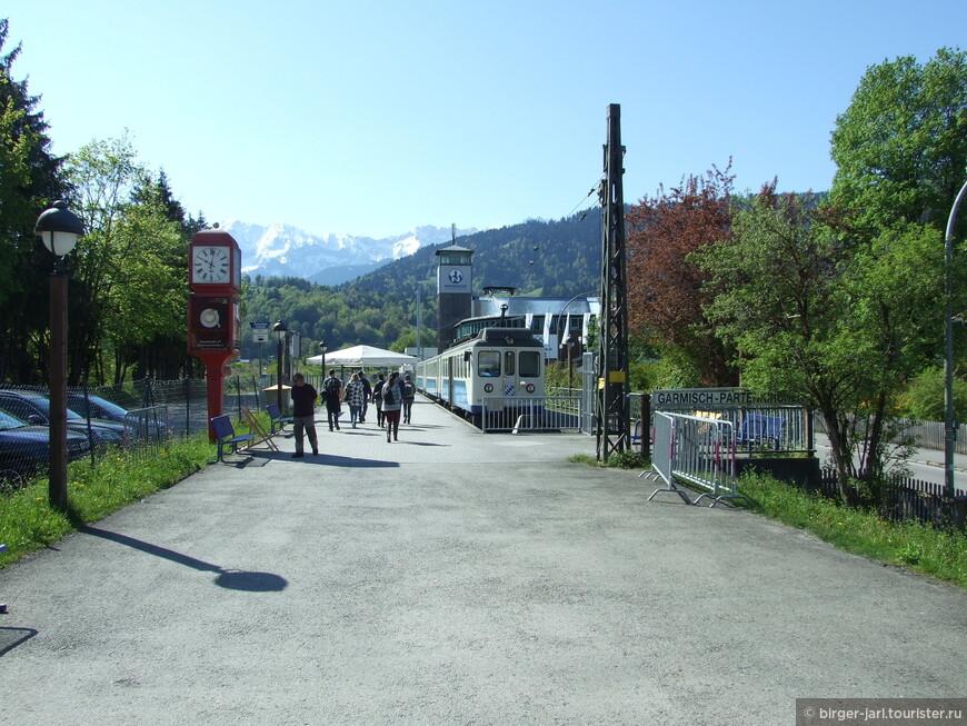 Поезд Bayrische Zugspitz Bahn на станции в Гармиш-Партенкирхен.