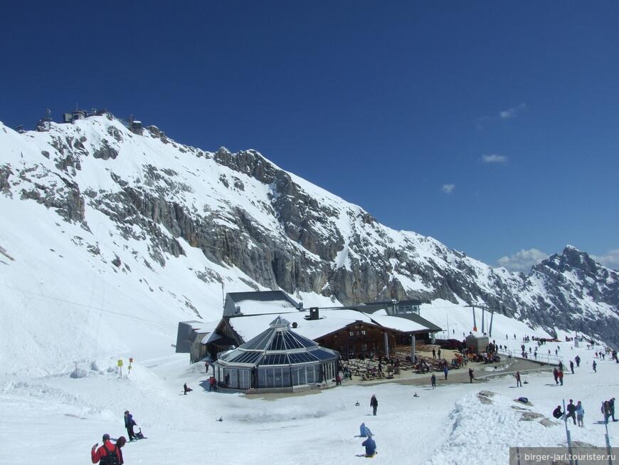 Со смотровой площадки хорошо виден Sonn Alpin и вершина Цугшпитце.
