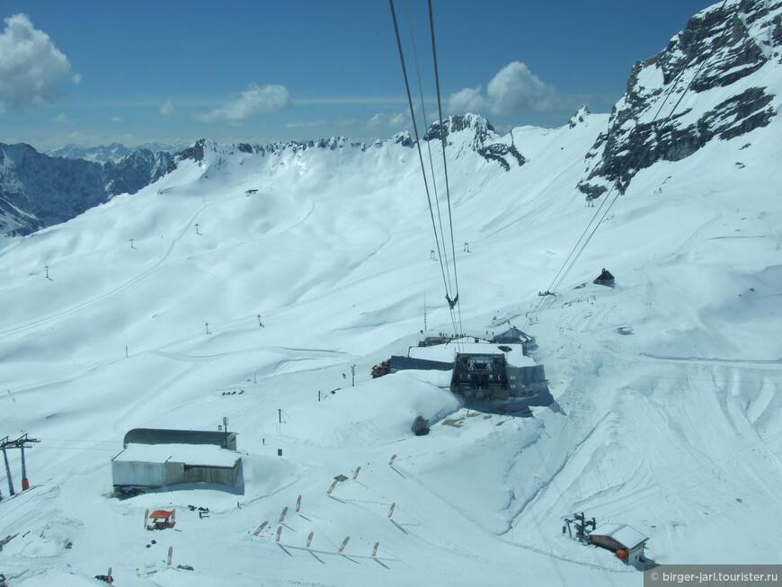 Подъёмник «Gletscherbahn» всего за 4 минуты доставит Вас на вершину Цугшпитце, с которой открывается захватывающий дух вид на горные вершины четырёх стран (Германии, Австрии, Италии и Швейцарии).