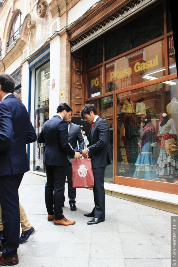 Мужчины интересуются покупками друга :)