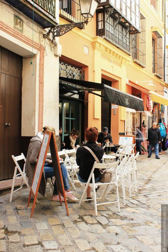 Улицы старого города сплошь заставлены столиками кафе и ресторанов.