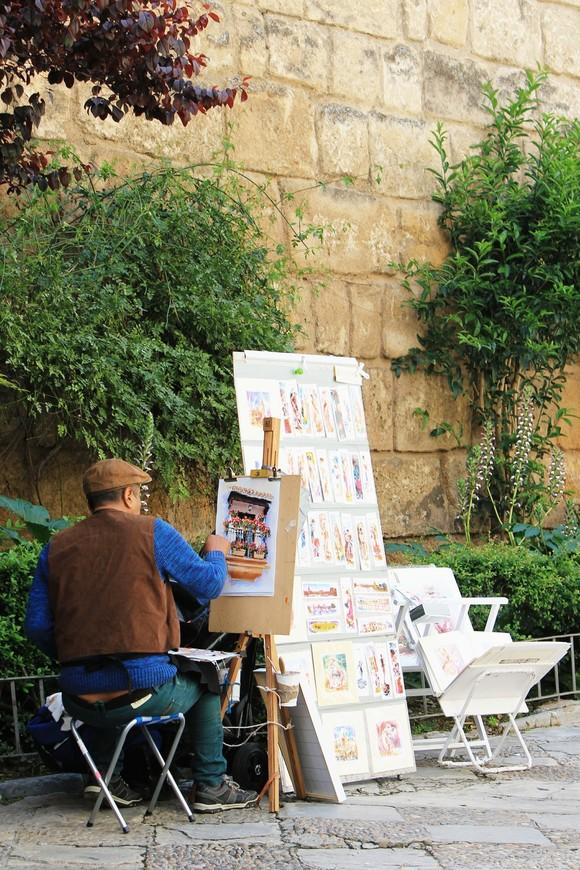 Уличный художник за работой