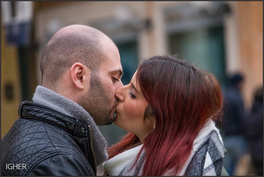 поцелуй...публичный и неторопливый