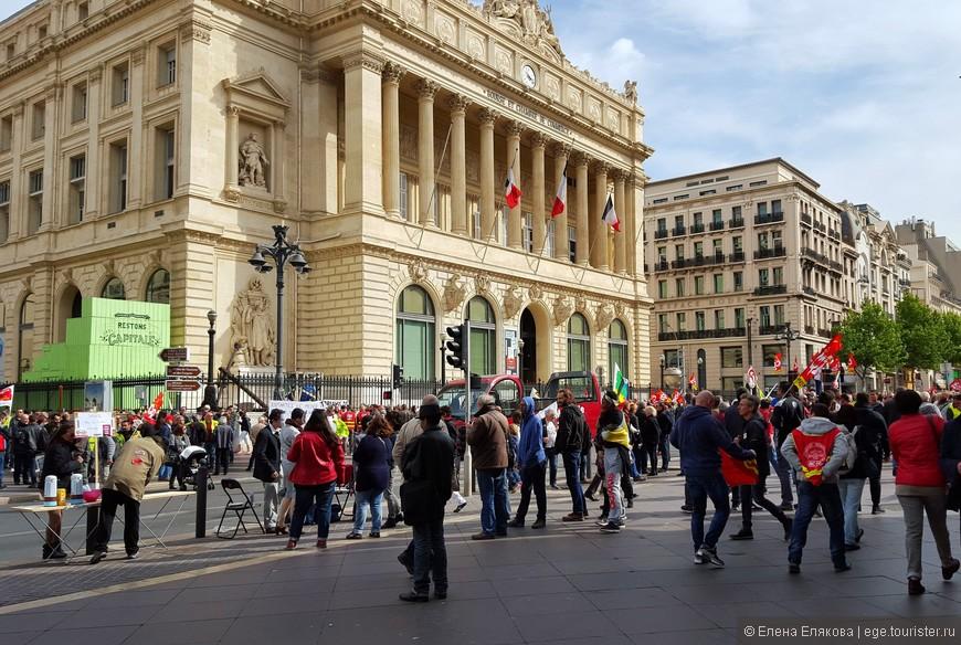 В этот день  в Марселе (и в др. городах Франции ) проходила забастовка против реформы трудового законодательства. Собирались протестующие перед Дворцом Биржи (Palais de la Bourse)., построенным в 1860 г. В настоящее время во Дворце размещаются офисы региональной Торгово-промышленной палаты, Морской музей и публичная библиотека.
