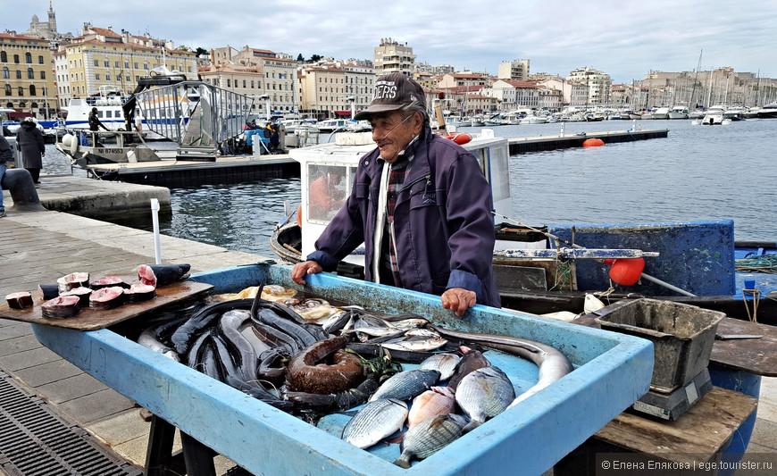 По утрам в Старом порту работает рыбный рынок.