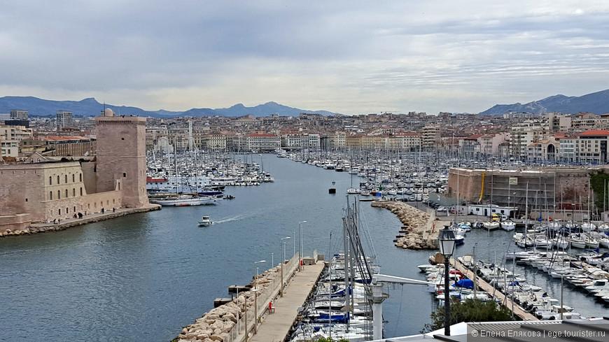 С набережной дворца Фаро открываются красивые виды на море и острова, город, порты и форты Марселя. Здесь справа от Старого порта - форт Святого Николая, слева - форт Святого Иоанна.
