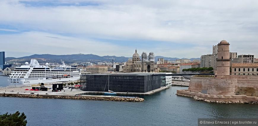 Мост в Форт Сен-Жан со здания Музея Средиземноморья и европейских цивилизаций, слева начинается порт для больших судов.