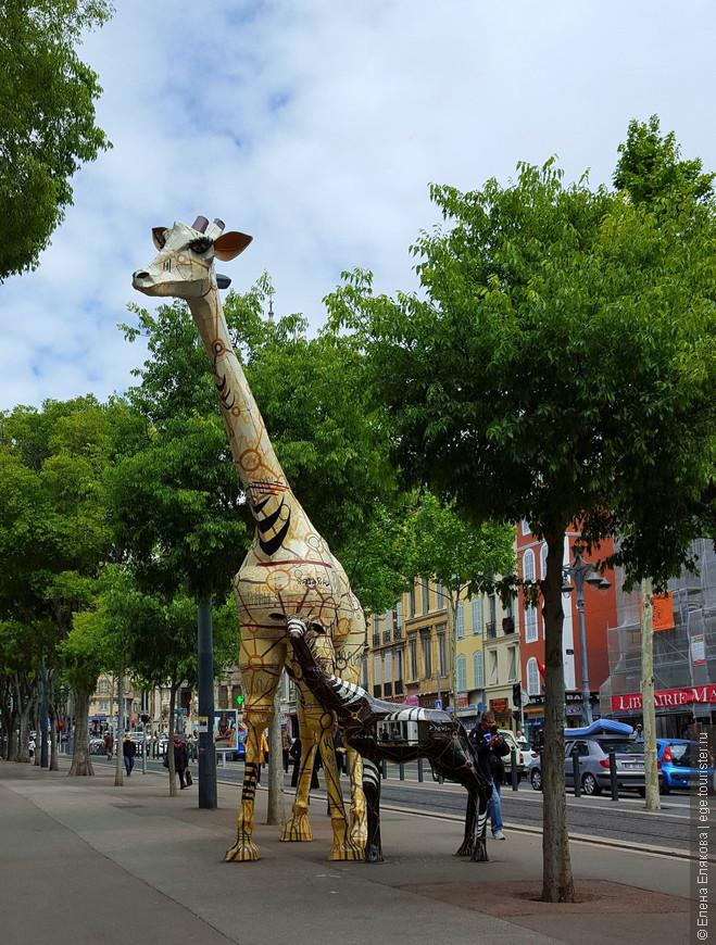 По дороге во Дворец Лоншан  нам встретилась вот эта парочка жирафов. В теле детеныша жирафа есть большое сквозное отверстие (сквозь него видна противоположная сторона улицы), в котором лежали книги. Видимо, это такая своеобразная народная библиотека. На обратном пути мы видели людей, которые принесли и выкладывали книги.