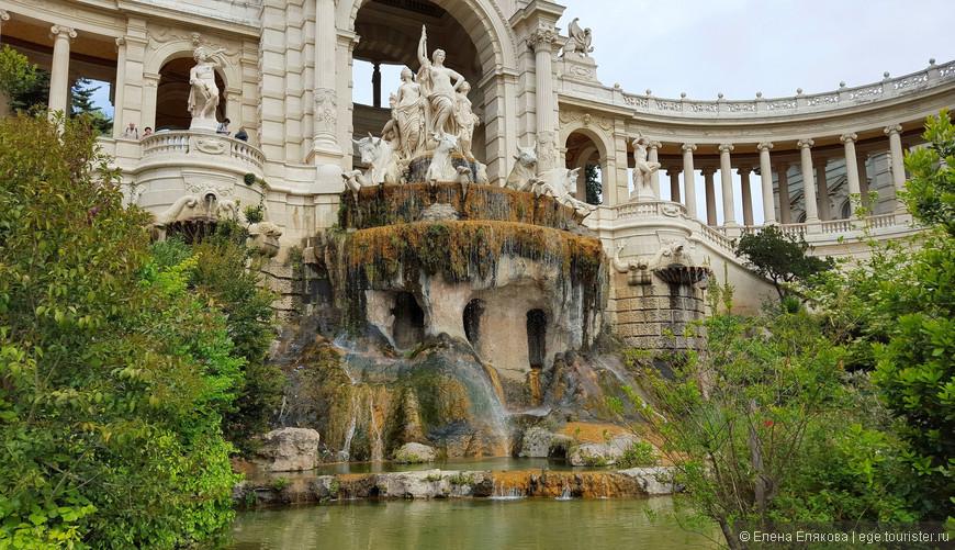 Каскадный фонтан дворца Лоншан «Сhateau d'Eau — Замок воды»  входит в десятку красивейших фонтанов мира. Десятиметровая скульптурная группа фонтана изображает четвёрку быков Камарга, тянущих колесницу, которой управляет высокая женщина – символ реки Дюранс, из которой вода по каналу пришла в Марсель.