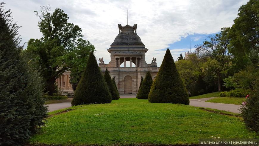 За дворцом начинается классический французский парк, который также называется Зоологическим садом (раньше там был зоопарк).