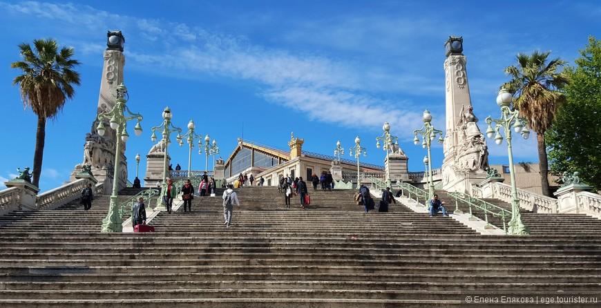 Колониальная лестница, ведущая к вокзалу Сен-Шарль — символ   эпохи французской истории, построена в 1926 году и  украшена скульптурами из бронзы и мрамора. Спускаться по ней багажом мы не стали, а пошли обходным путем.