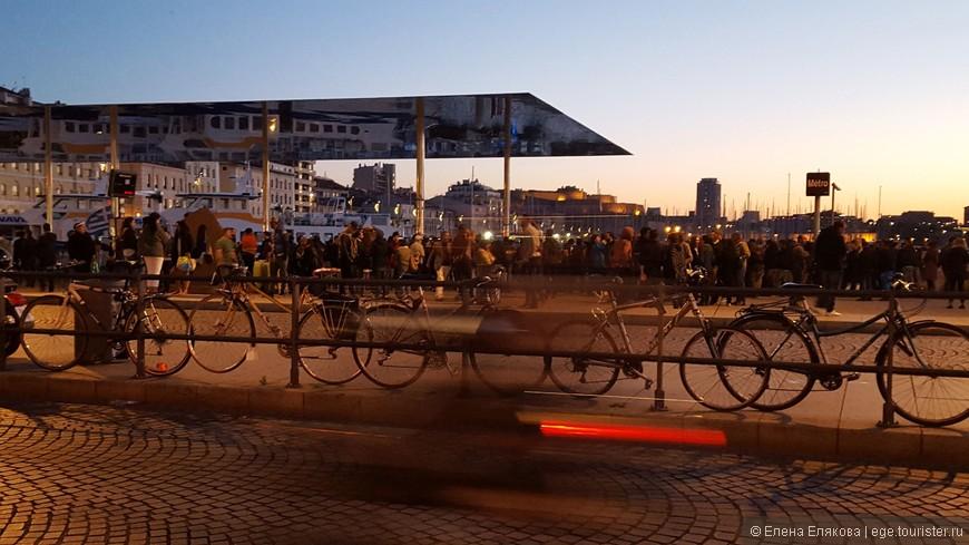 Вечером на центральной пристани Старого порта многолюдно.