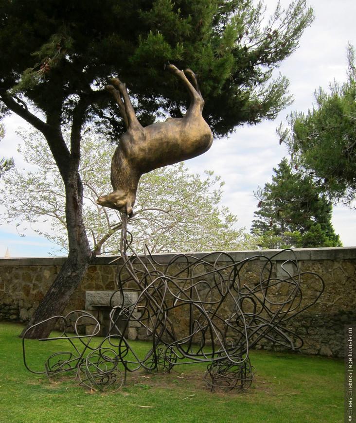 Вверх тормашками - скульптура, которую мы встретили около одного, видимо, роскошного отеля, когда возвращались от дворца Фаро на центральную пристань Старого порта. Потом я прочитала, что по всему району старого порта расставленыскульптуры животных в причудливых формах и позах. Сделано это под эгидой виртуального зоопарка Марселя и так и называется - «Веселый зоопарк» (Funny Zoo). У каждой фигуры можно найти карту города, где обозначены остальные работы (сейчас их 13, каждая выполнена своим художником).