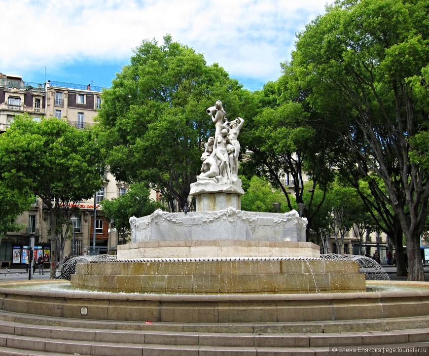 Белый фонтан рядом с церковью Святого Винсента де Поля