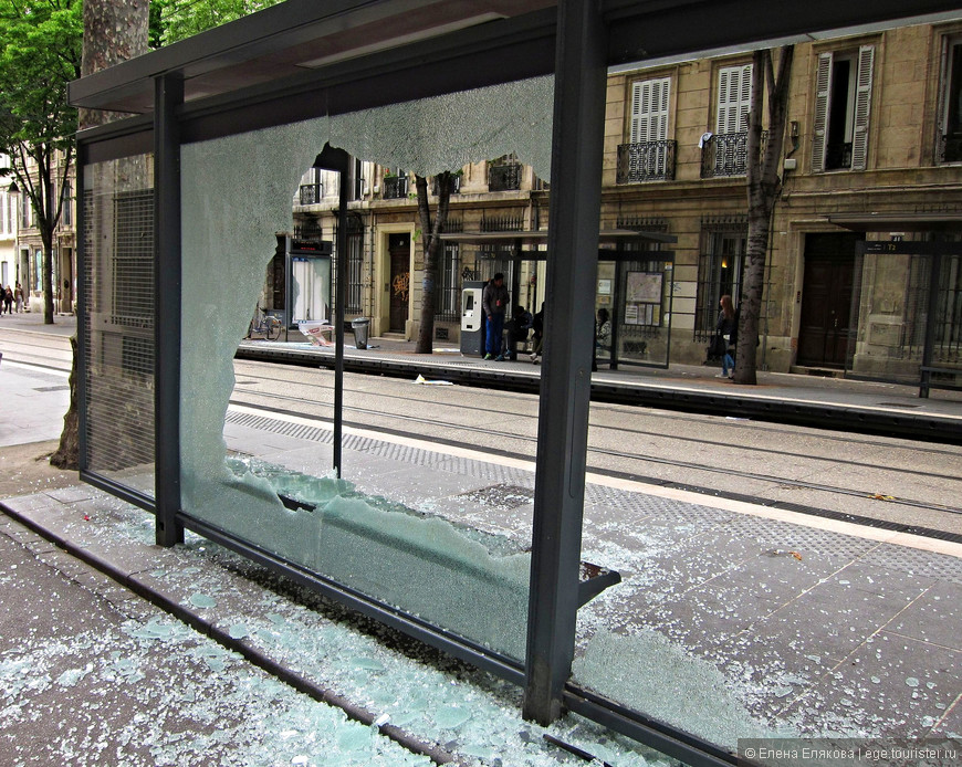 А это, видимо, последствия утренней забастовки. В этот день полиция арестовала более 50 человек. Вся эта улица (совсем недалеко от дворца Лоншан) была в разбитых стеклах остановок общественного транспорта, рекламных стендов, витрин... И не проехал ни один трамвай, а мы довольно долго шли по этой улице...