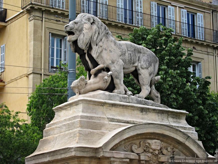 У входа в комплекс  Лоншан находятся два симметричных портала, украшенных скульптурами знаменитого анималиста Антуана-Луи Бари, которые изображают хищников и их жертв