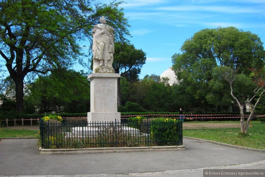 Памятник Альфонсу де Ламартину (1790 -1869) — французскому писателю и поэту на фоне синего неба Марселя