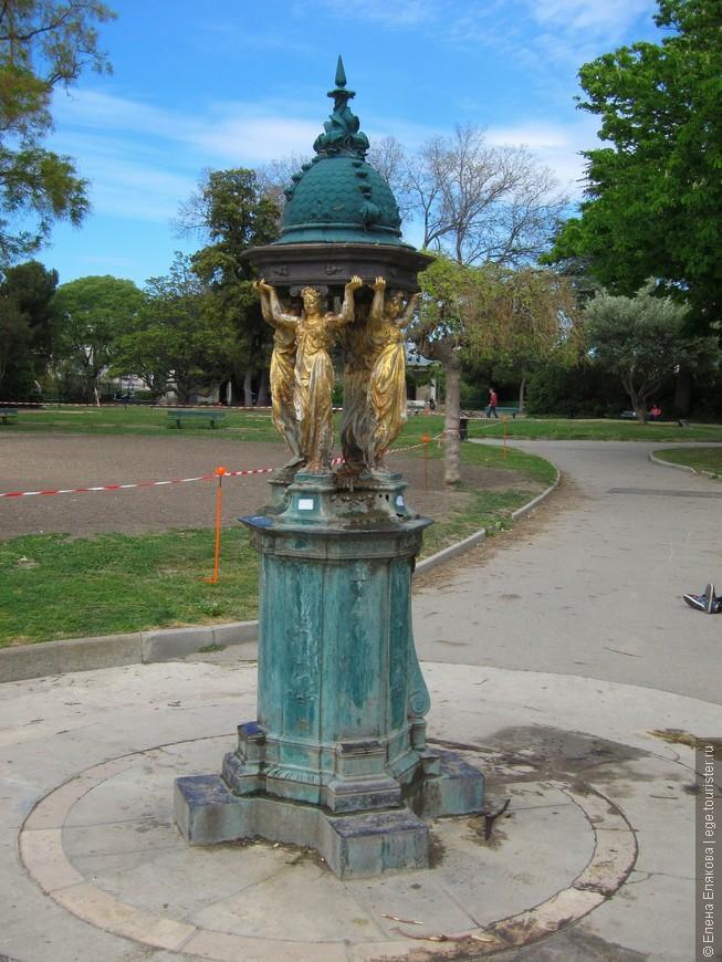 Питьевой фонтан Уоллеса (Wallace fountain) — аналог парижским, но с золотыми скульптурами. В Париже такие фонтаны полностью зеленые.