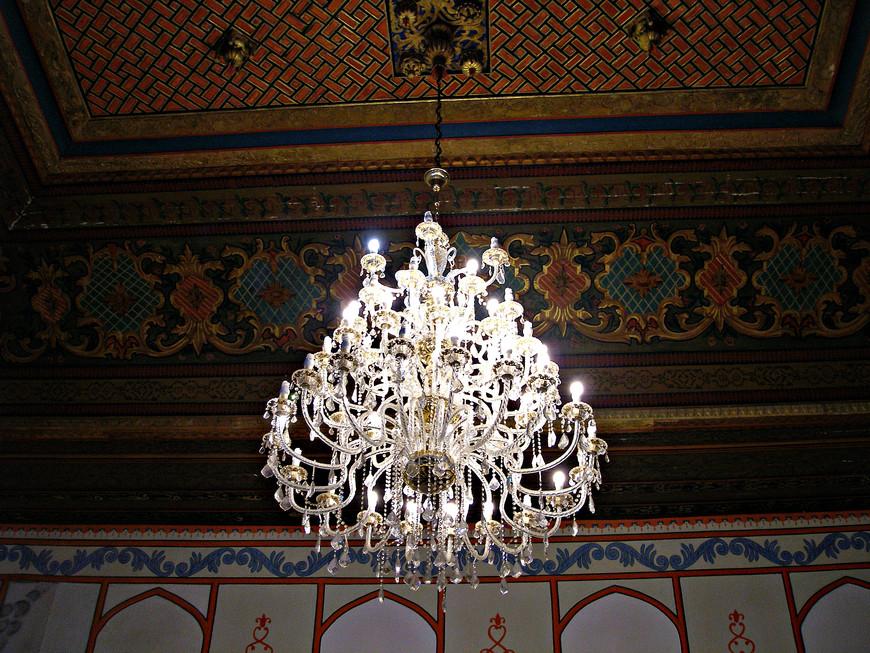 Потолок и люстра дивана. Думаю, впрочем, это не от ханских времен. Скорее повесили во время ремонта, когда готовились к приезду Екатерины II.